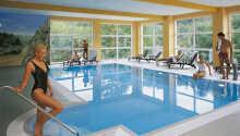 Wellness-Bereich des Hotels mit Innenpool, Sauna, Solarium und einem kleinen Fitnessraum zum Entspannen