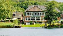 Hotellet ligger rett ved bredden til innsjøen Dieksee og har egen strand og båtfortøyning