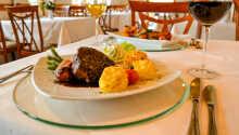 Hotellets restaurant byr på regionale retter, og hotellets eier lager selv maten.