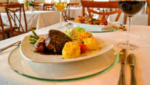Hotellets restaurang serverar lokala rätter och det är hotellets ägare som lagar maten