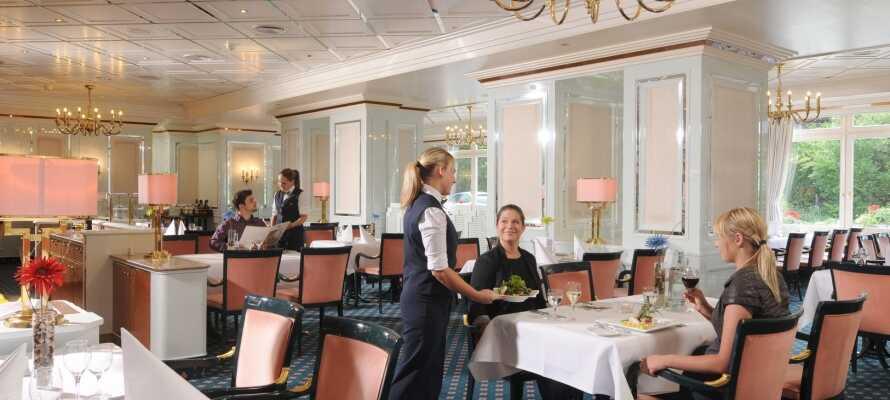 Nyd middagen i hotellets nydelige restaurant, 'Maritim', som serverer regionale og internationale retter
