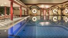 Hotellets store innendørs basseng med liggestoler