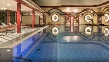 Hotellets store indendørs pool med liggestole