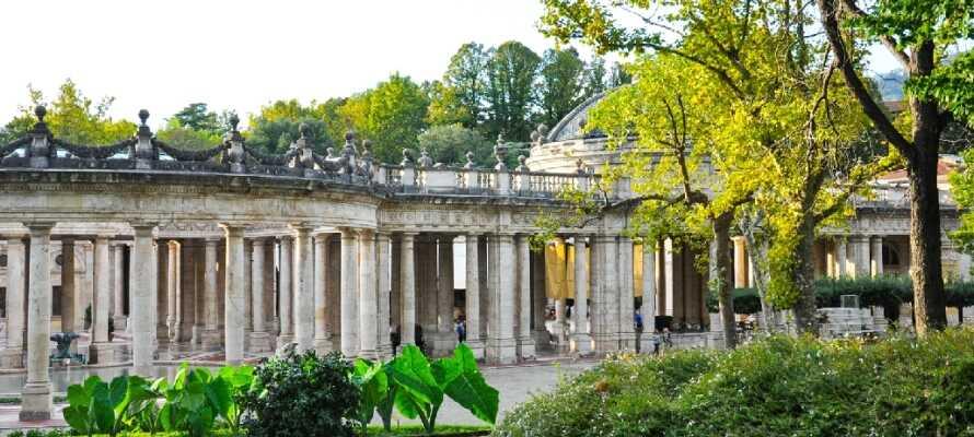 Hotellet ligger mitt i den toskanska kurorten Montecatini Terme, känd för sina många källor och vackra parker.