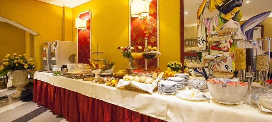 Hver morgen serveres en overdådig morgenbuffet som nydes i hotellets elegante omgivelser.