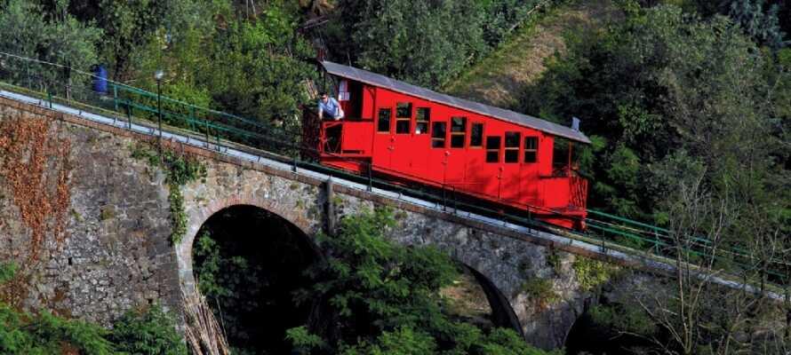 Ta den gamla bergbanan upp till panoramautsikten och njut av utsikten över kurorten och dess parker.