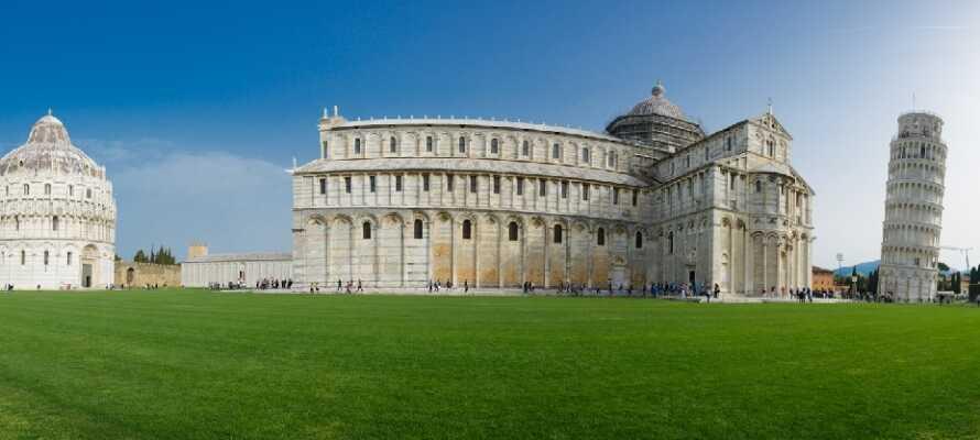 Åk på en spännande utflykt och besök Pisa, där ni kan uppleva Campo Miracoli och det berömda lutande tornet.