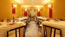 Varje morgon serveras en gigantiskt frukostbuffé som avnjuts i hotellets eleganta restaurang.
