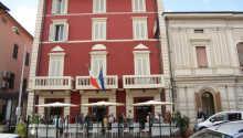 Hotellet har en egen restaurang, där ni kan njuta av äkta italienska rätter i en mysig miljö.