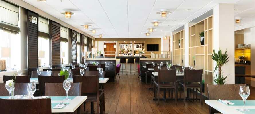 Spis middag ombord på skibet, nyd en drink i baren eller det gode vejr på soldækket