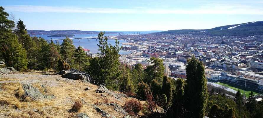 Sundsvall ligger ud til kysten, omgivet af fjelde, gode vandremuligheder og udsigtspunkter