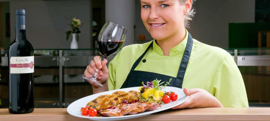 Njut av en härlig semester med utsökt mat från det kompetenta köket i restaurangen