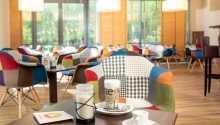 Genießen Sie eine Tasse Kaffee in der einladenden Umgebung des Hotels.