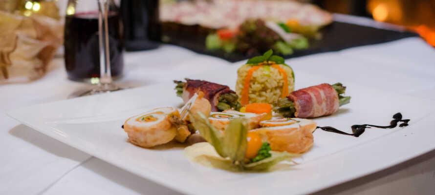 Hotellets restaurant tilbyder et lækkert udvalg af regionale og internationale retter.