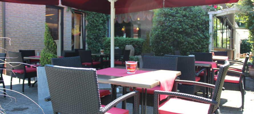 Nyt ferielivet med hyggelige stunder på hotellets tildekkede terrasse, eller i den sjarmerende ølhagen om sommeren.