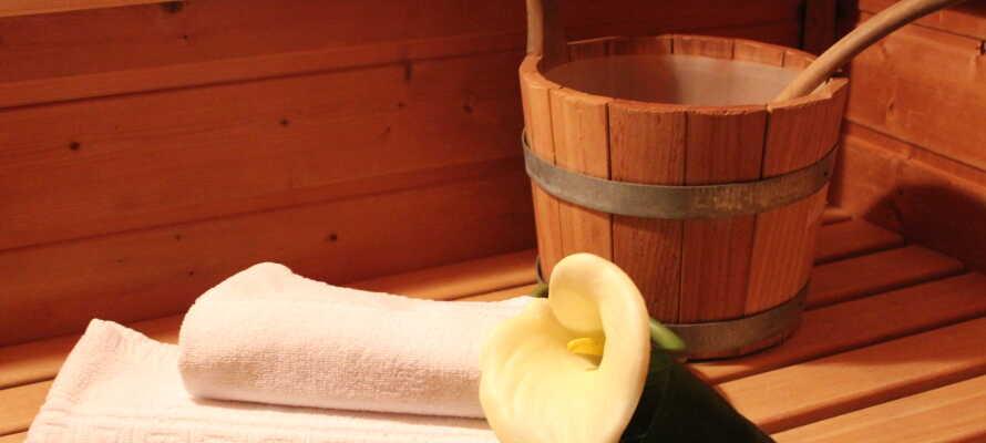 Passa på att koppla av i hotellets wellnessavdelning med bastu.