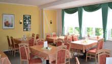 Der serveres morgenbuffet med frisklavet kaffe på hotellet.