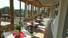 Fra restauranten og terrassen har I en formidabel panoramaudsigt