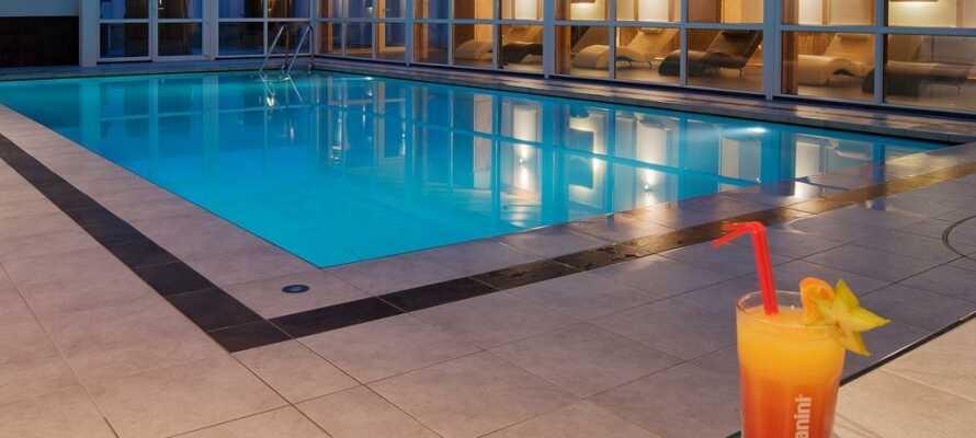 Slap af i det smukke wellnessområde med indendørs pool, dampbad og tre forskellige sauaner.