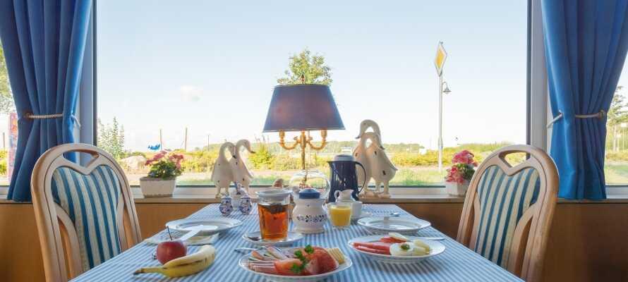 Stå op til en skøn omgang morgenmad som serveres i den hyggelige vinterhave, hvorfra I kan se ned til vandet