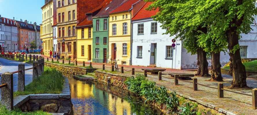 Machen Sie einen Ausflug mit Freunden in die schöne Hafenstadt Wismar, die viel Kultur und Sehenswürdigkeiten bietet.