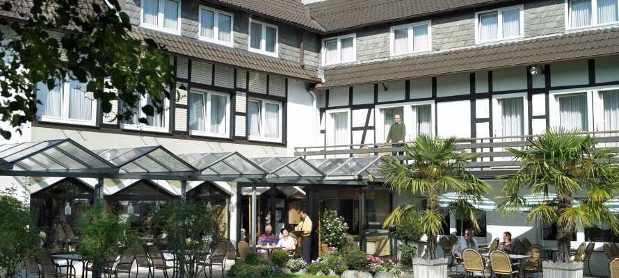 Kaffeetrinken auf der schönen Hotelterrasse