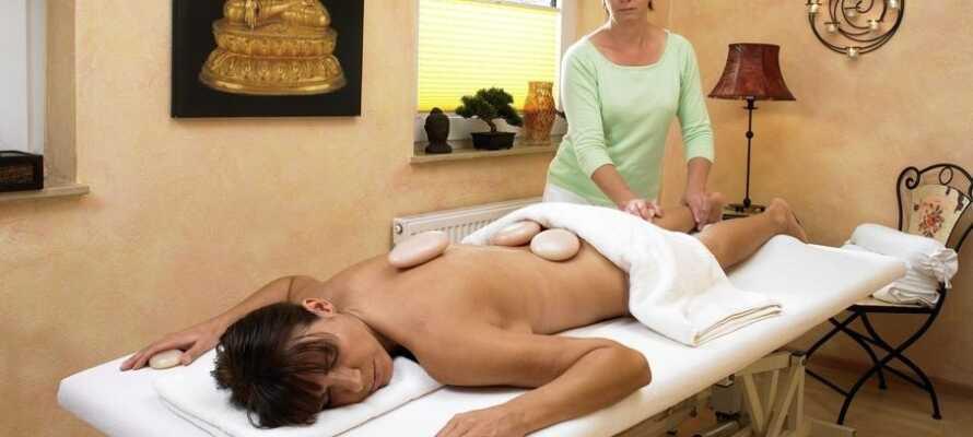 Der Innenpool, die Sauna sowie verschiedene Massage- und Spa-Behandlungen versprechen Entspannung und Wohlbefinden pur