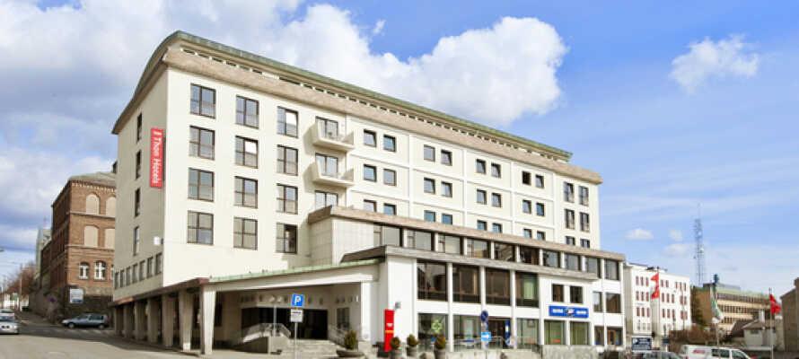 Thon Hotel Saga ligger i hjärtat av Haugesund, med närhet till den pulserande stadskärnan med restauranger, barer och shopping.