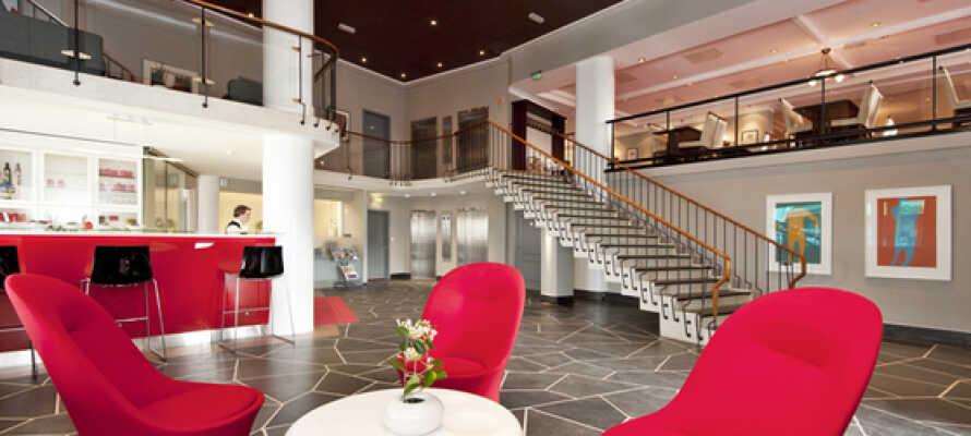 Det moderne hotel byder både på fitnessrum, bar i lobbyen og en venlig betjening i receptionen.
