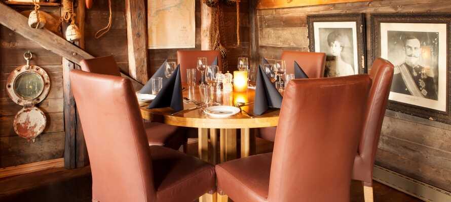 Spis middag på den hyggelige restaurant, Naustet Spiseri, som ligger ca. 5 minutters gang fra hotellet.