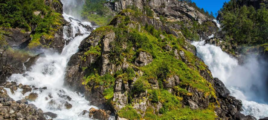 Latefossen er et av de største fossefallene i Norge og ligger ca. 2 timers kjøretur fra hotellet