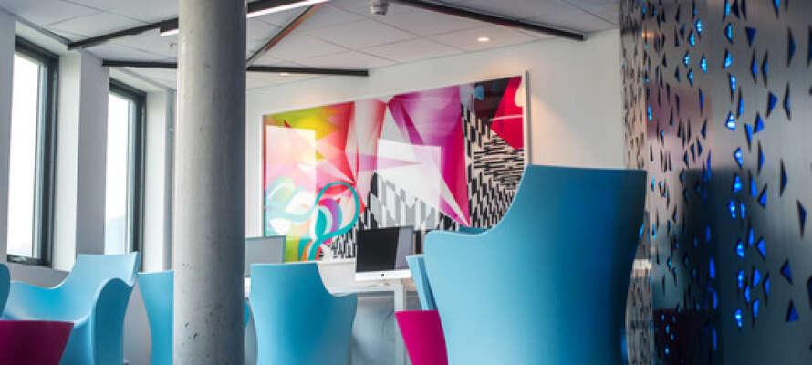 Hotellets farger og former gir fantasien fritt spillerom. Det virker hele tiden som det er noe nytt å se på.