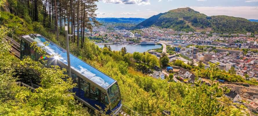 Tag Fløybanen fra sentrum og nyt den vakre utsikten over Bergen