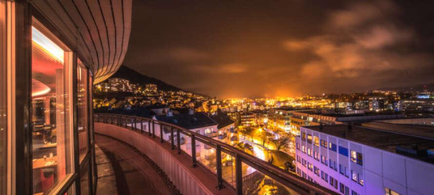 Den vakre kveldsutsikten med Bergens gullige lys er en opplevelse i seg selv.
