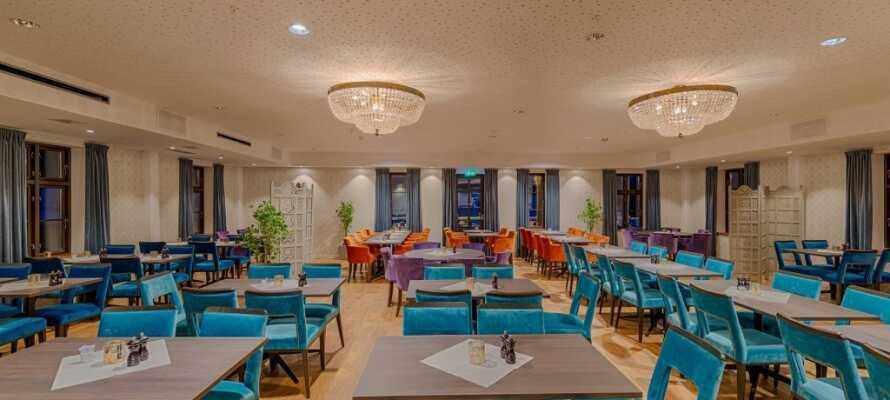 Det serveres veltilberedte lokale spesialiteter i hotellets moderne restaurant