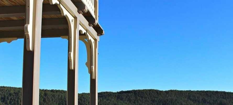 Hotellet ligger omgitt av vakker natur og fra terrassen er det utsikt ned til sjøen