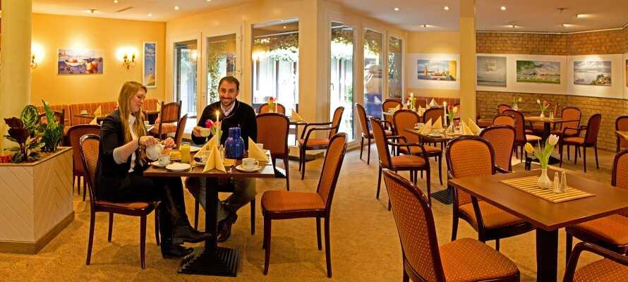 Nyt mat og drikke på hotellet med en raus frokostbuffé hver morgen og middag i den hyggelige bistro.