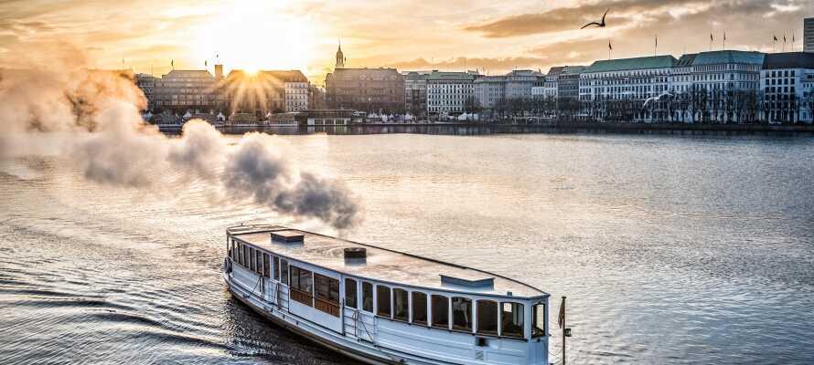 Bli med på sightseeingtur på elva Alster og opplev Hamburg fra en helt spesielt vinkel.