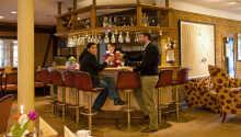 Avrund en fin dag med en kald øl i hotellets hyggelige bar