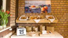 Stort utvalg av brødvarer på hotellets frokostbuffé