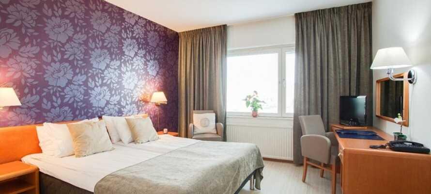 Jedes Zimmer hat ein Bad/WC und ist mit bequemen Betten, einem Schreibtisch, einem Haartrockner und einem TV ausgestattet.