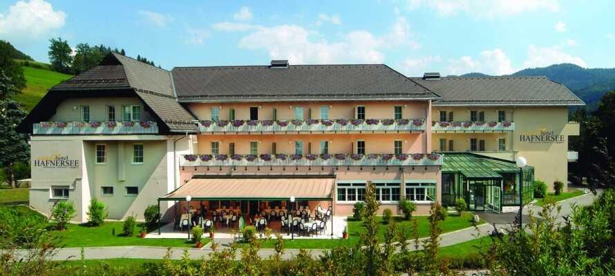 Sonnehotel Hafnersee , ett hotell med suveränt läge bland sjöar och kalkstensalper i södra Österrike.