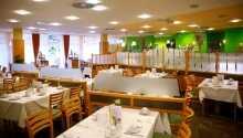 I restaurangen serveras både internationella rätter och österrikiska specialiteter.