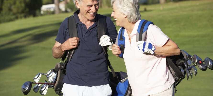 Du har gode muligheter til å komme ut og lufte golfutstyret, med flere flotte golfbaner innen kort avstand.