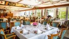 Nyt middagen i hotellets koselige, klimatiserte restaurant.