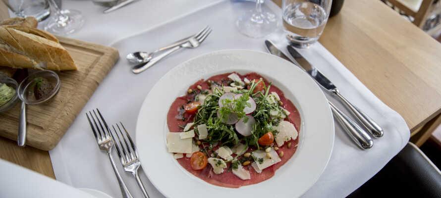 Spis kveldsmat i den hyggelige restauranten, som serverer fransk-inspirert mat med en lokal twist