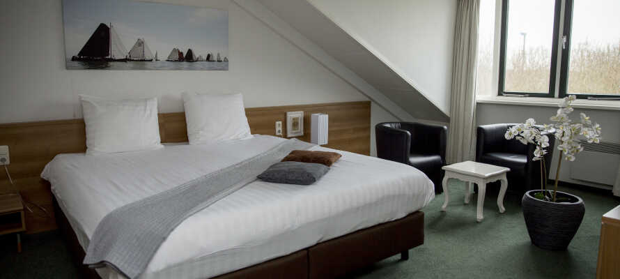 Slapp av på hotellets lyse rom etter en opplevelsesrik dag i den nederlandske regionen Friesland
