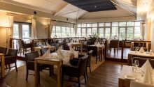 Hotellets restaurang erbjuder god mat i en inbjudande och varm atmosfär.
