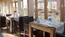 Det er utsikt mot tennisbanene fra restauranten og terrassen.