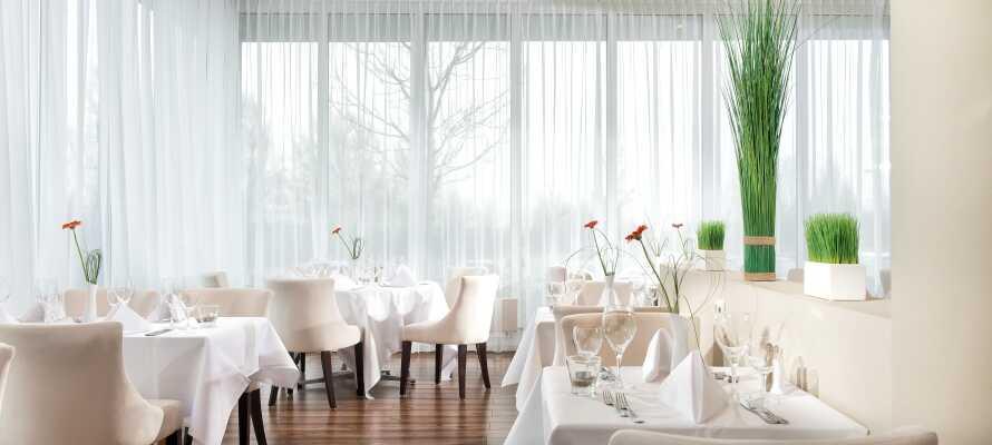 Hotellets restaurant, Bellevue, er moderne innredet og serverer både internasjonale retter og lokale retter.